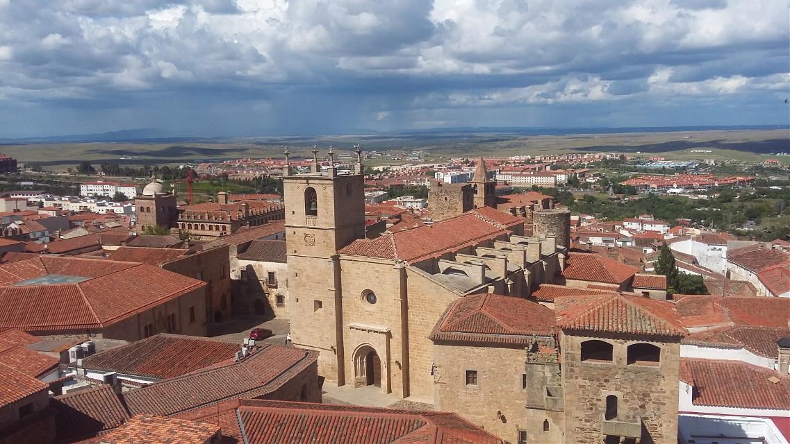 Vistas desde el campanario, Iglesia de la Presiosa Sangre, Plaza de San Jorge, a la Concatedral de Santa María, Cáceres.  #photography  #landspace #travel #nature  #city  #day  #heaven  #clouds