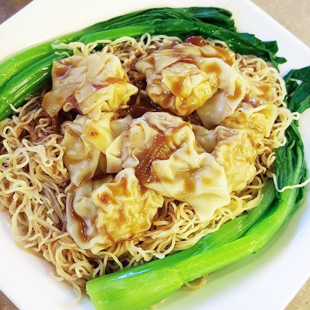 Wonton noodle soup or wonton lo mein? 😌 Really depends on how I'm feeling but I love both! As pictured, this is the wonton lo mein where thewontons are placed on a large bed ofnoodles instead of in soup. Still looking for the best wonton spot out there... 😈