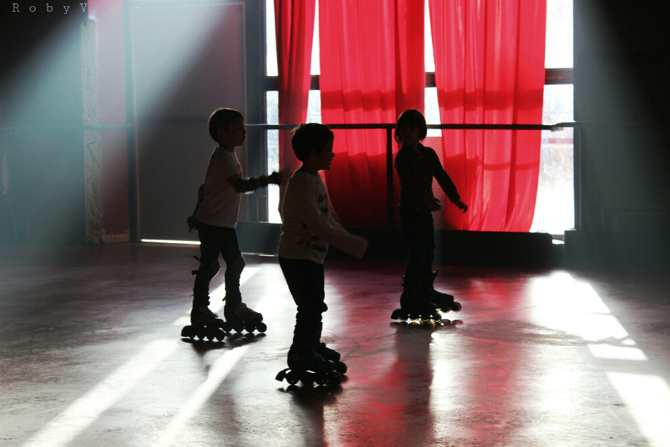 Happy morning friends! #skate #emotions #hdr #love #people #photography #family #sport #red #curtain #silhouette #shadow #ray